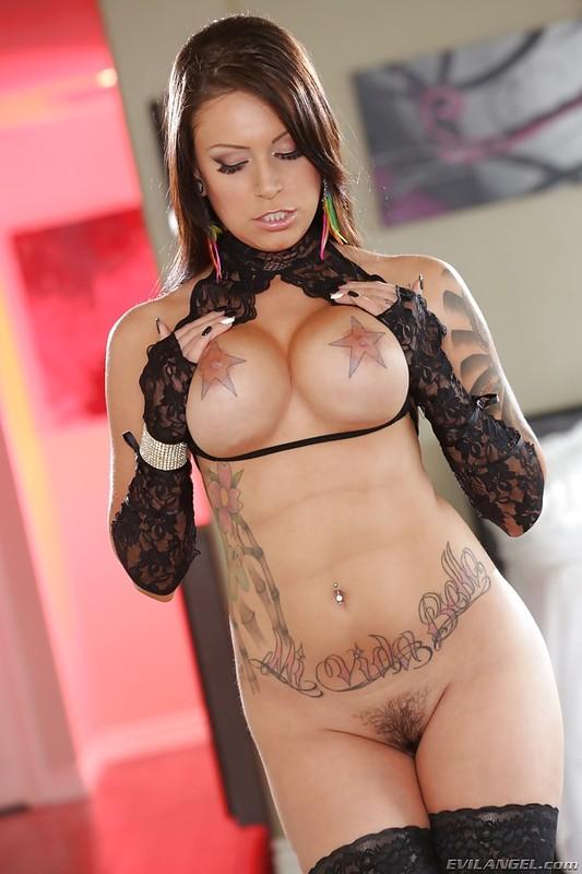 Latynoska w tatuażach