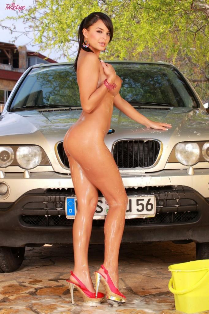 Brunetka myje auto