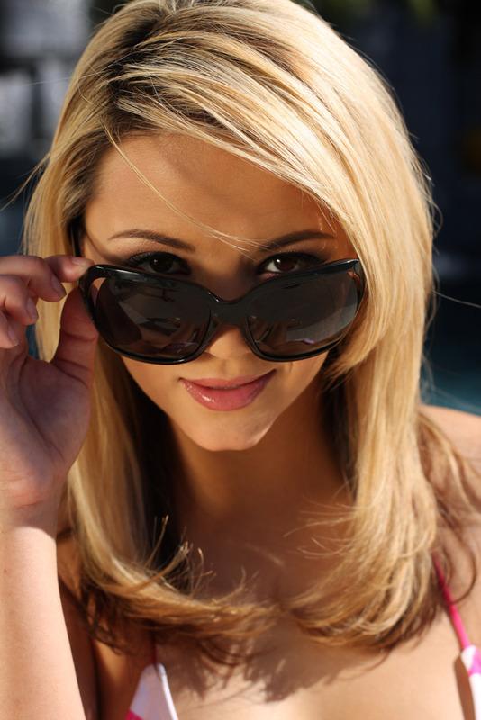 Blondi w okularach