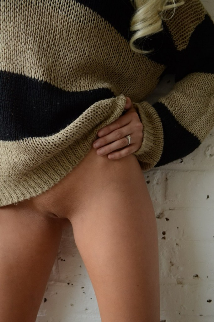 Blondi zrzuca sweterek