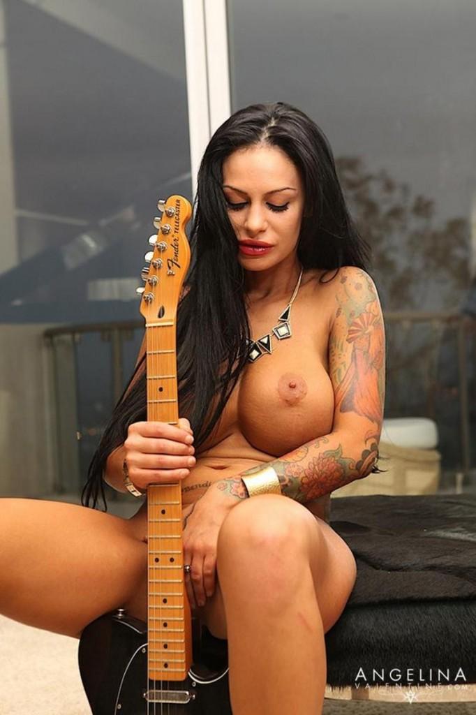 Angelina z gitarą
