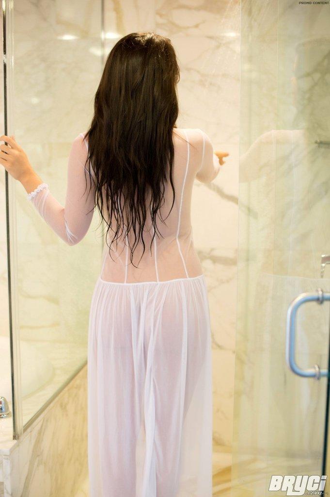 Bryci bierze prysznic