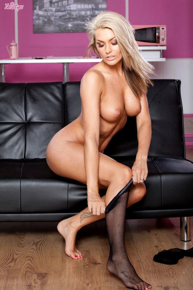 Blond na czarnej kanapie