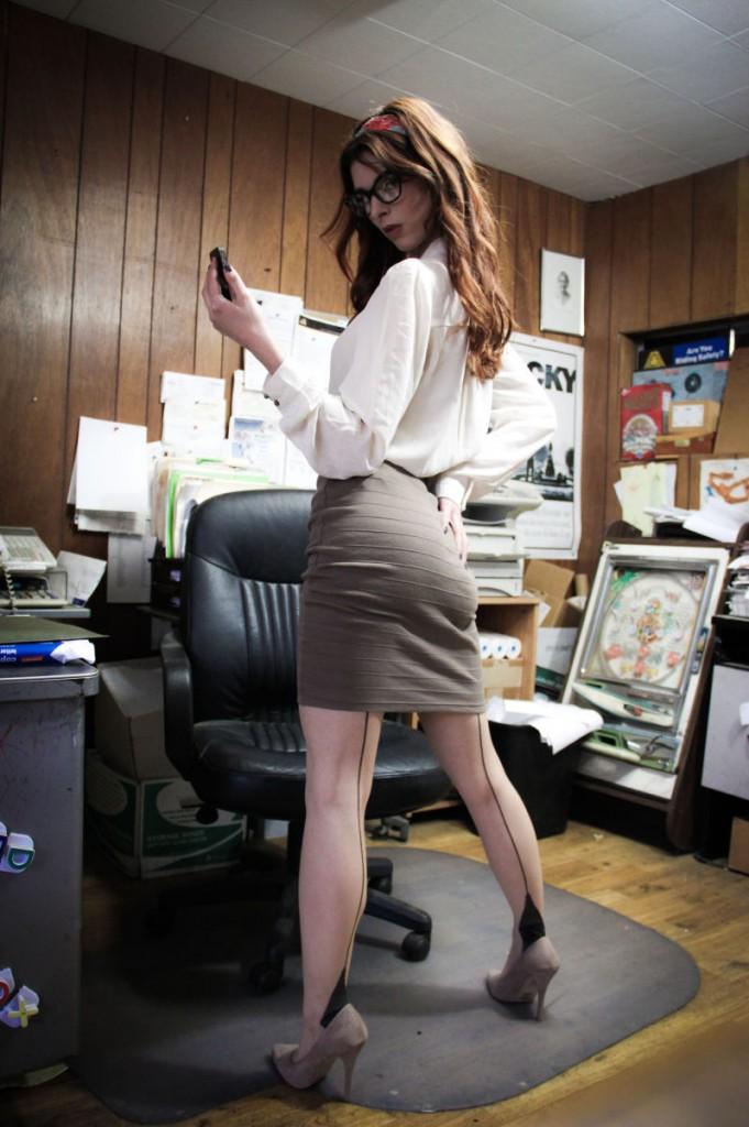 Sekretarka z owłosioną cipką
