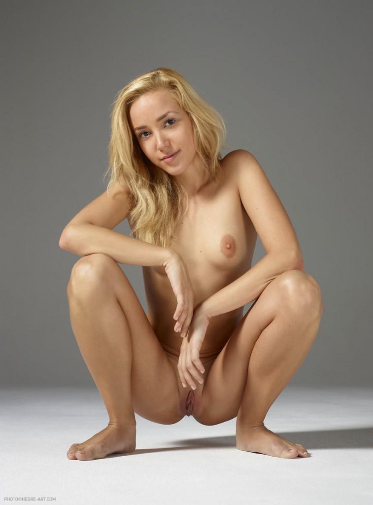 Młoda blondynka w studio
