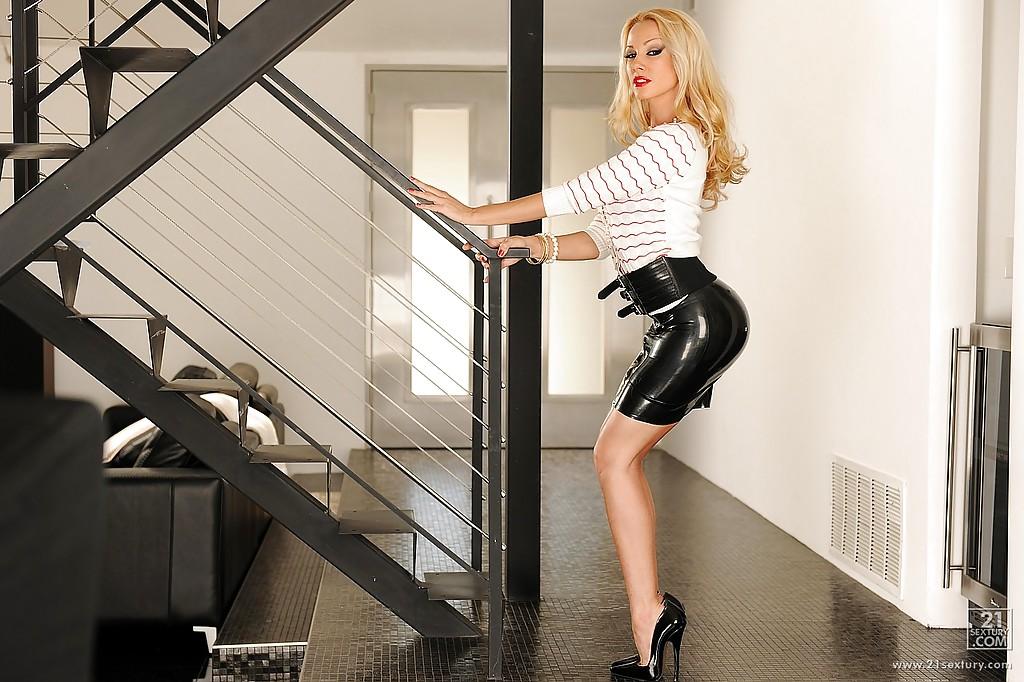 Blondi w lateksowej spódniczce