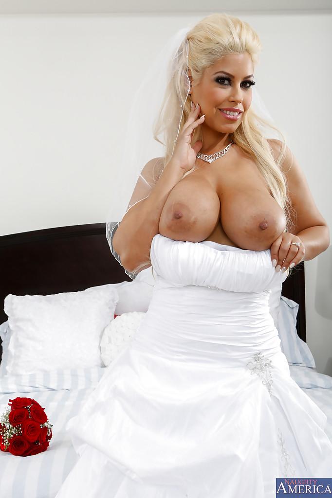 Blondi w sukni ślubnej
