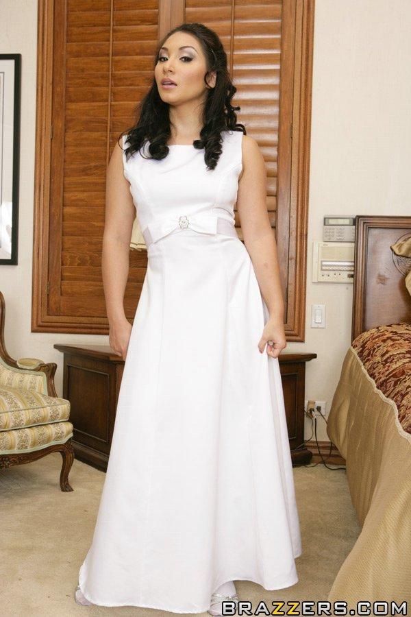 Roxy Jezel w sukni ślubnej