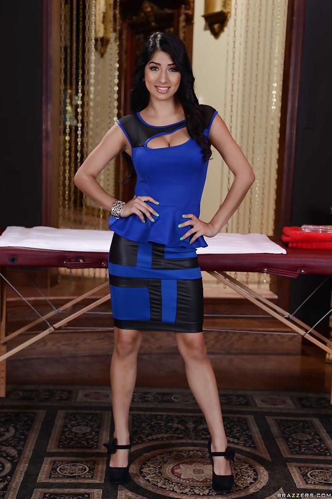 Brunetka w niebieskiej spódniczce