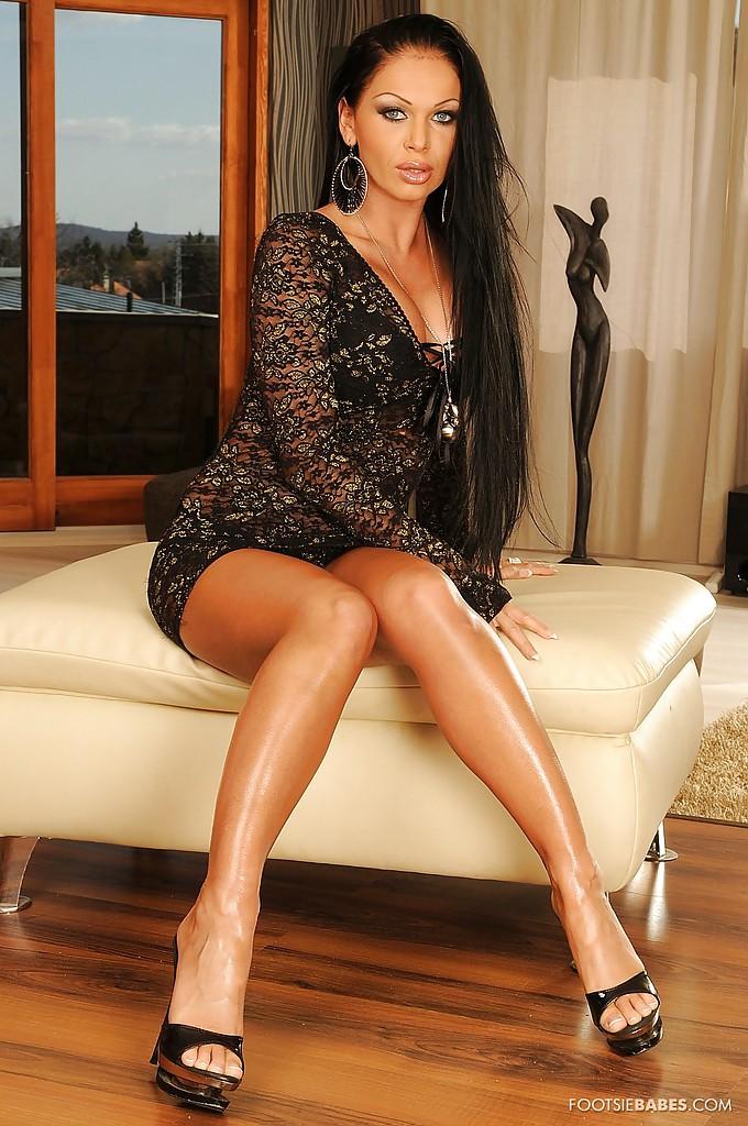 Seksowna brunetka na pufie