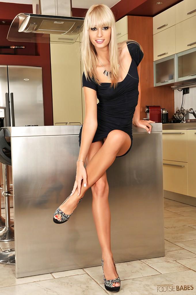 Blondi masturbuje się w kuchni
