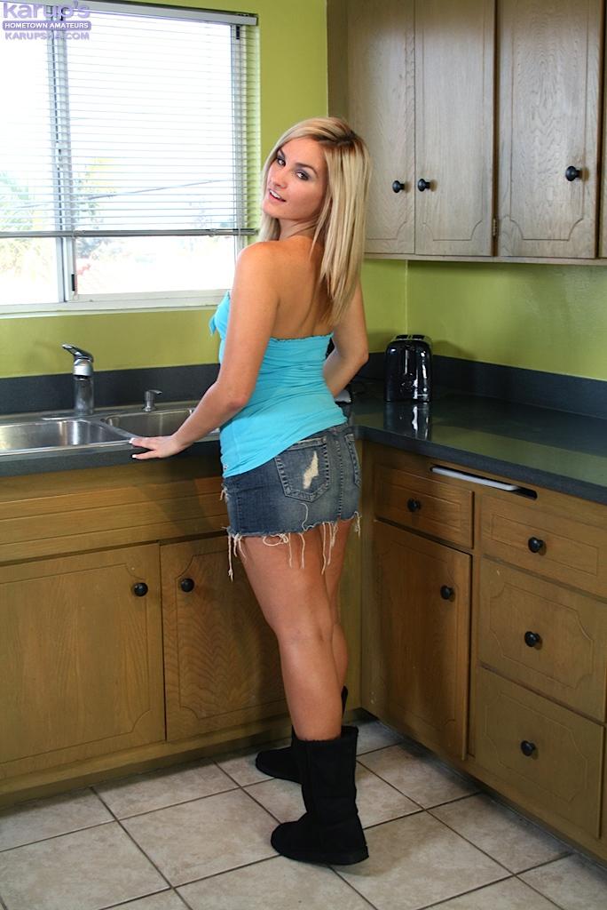 Blondi na zlewie kuchennym