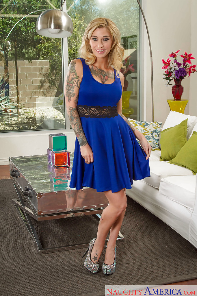 Kleio Valentien w niebieskej sukience