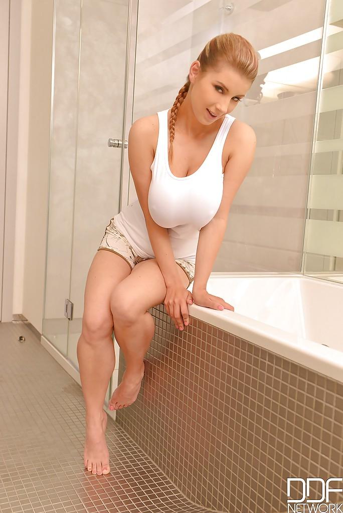 Katerina Hartlova pod prysznicem