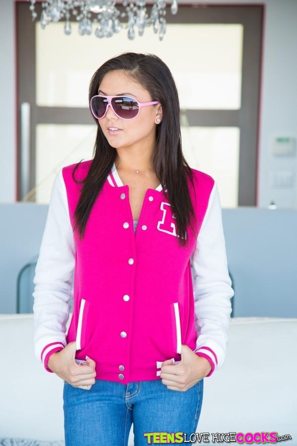 Ariana Marie w okularach