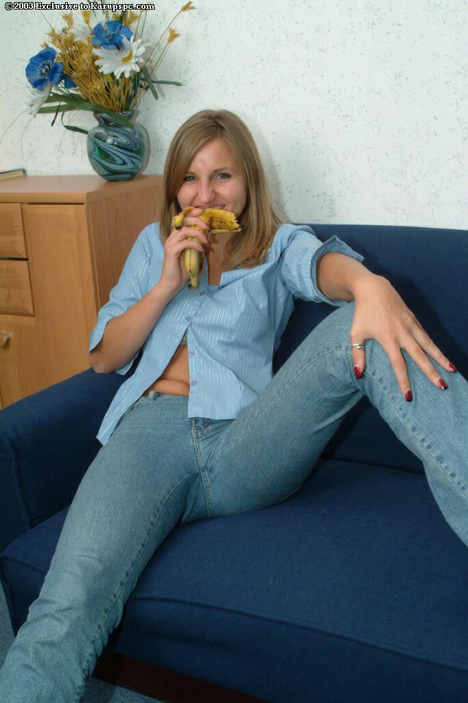 Blondyneczka na kanapie