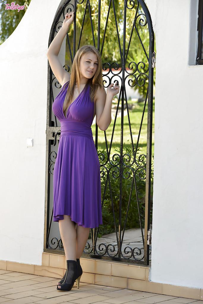 Piękna Viola przed domem