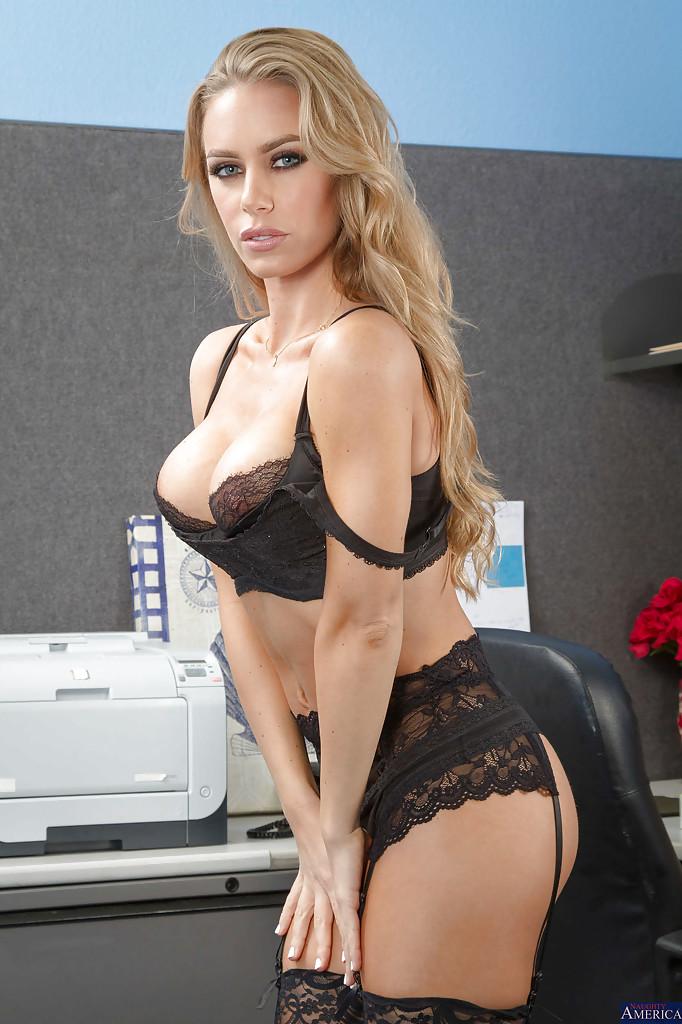 Nicole Aniston w biurze