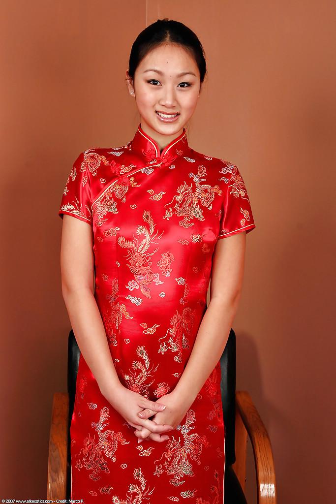Evelyn Lin ubrana w Qipao