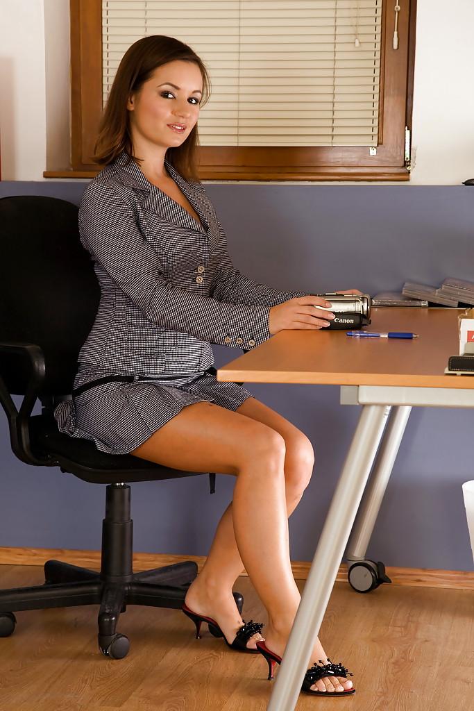 Brunetka w biurze się masturbuje