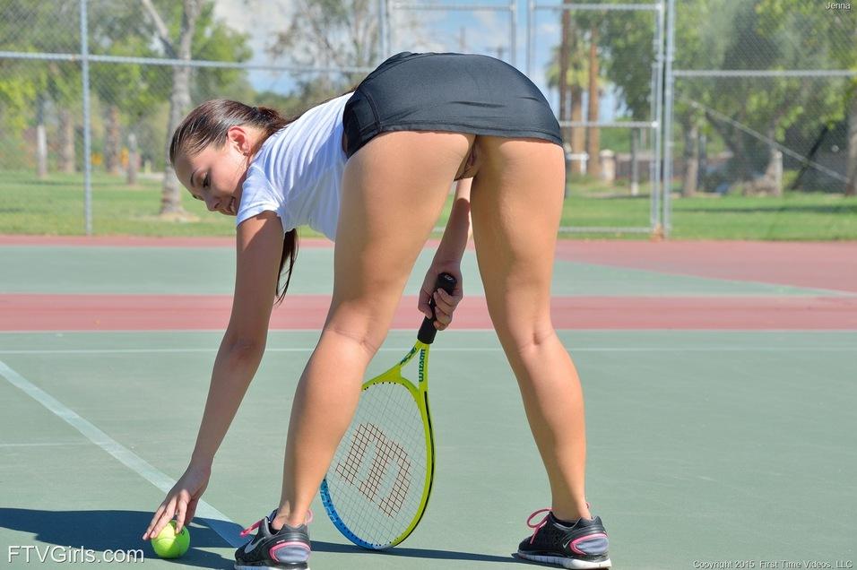 golie-devushki-igrayut-v-tennis