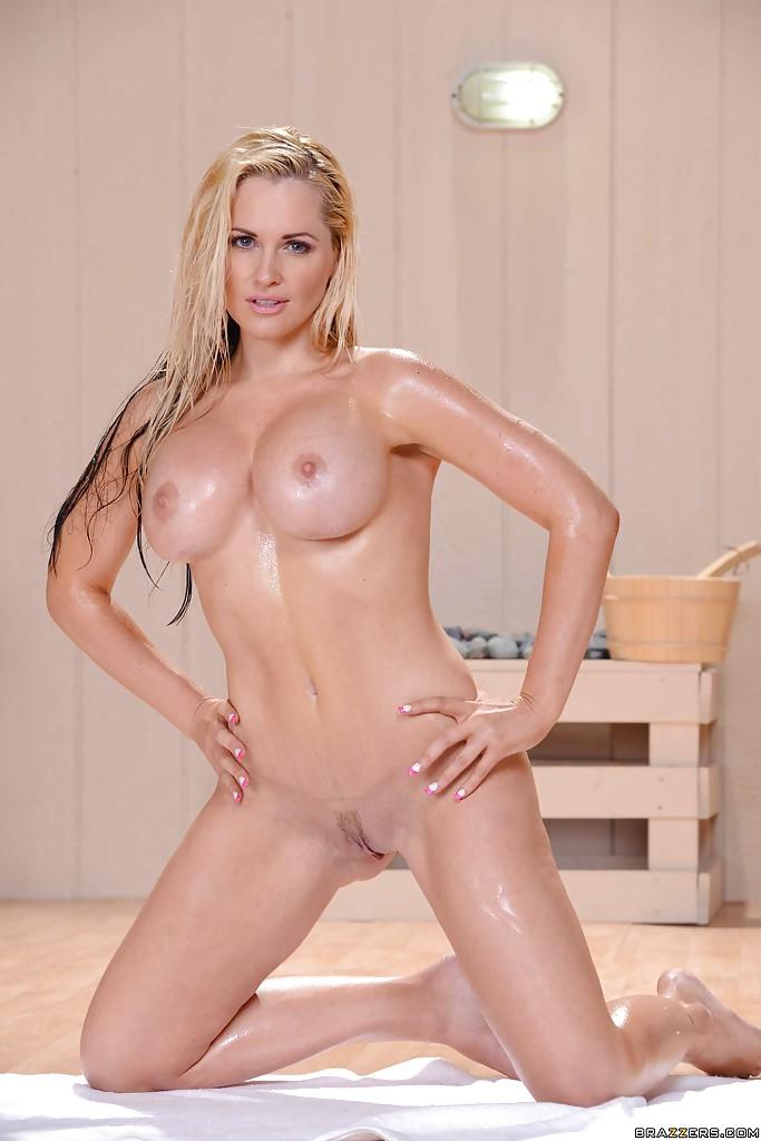 Alena Croft w saunie
