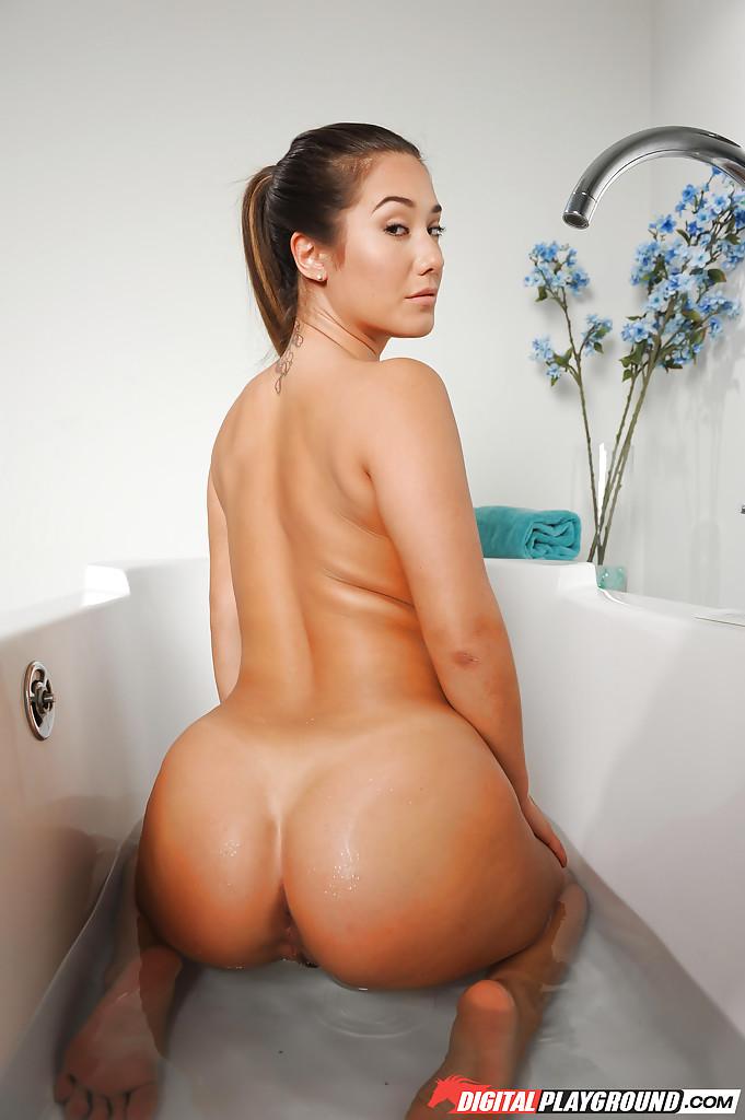 Eva Lovia w wannie