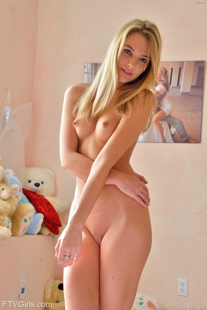 Piękna blondi na łóżku