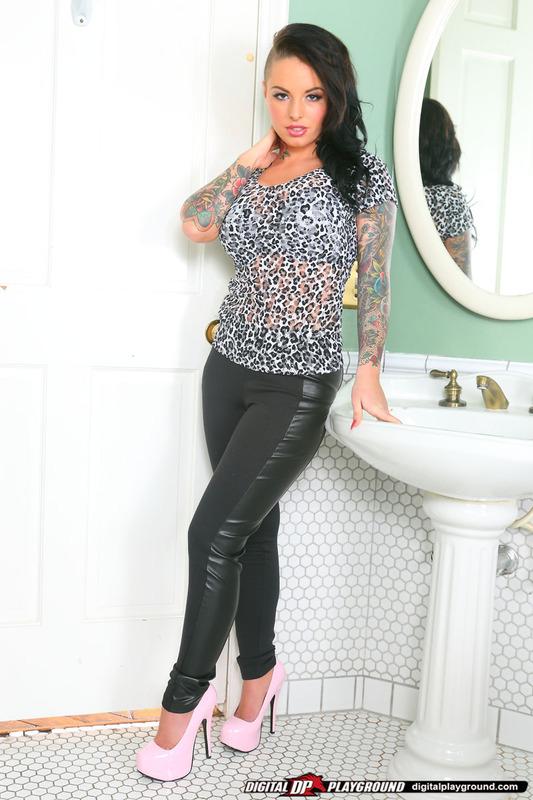 Christy Mack w łazience