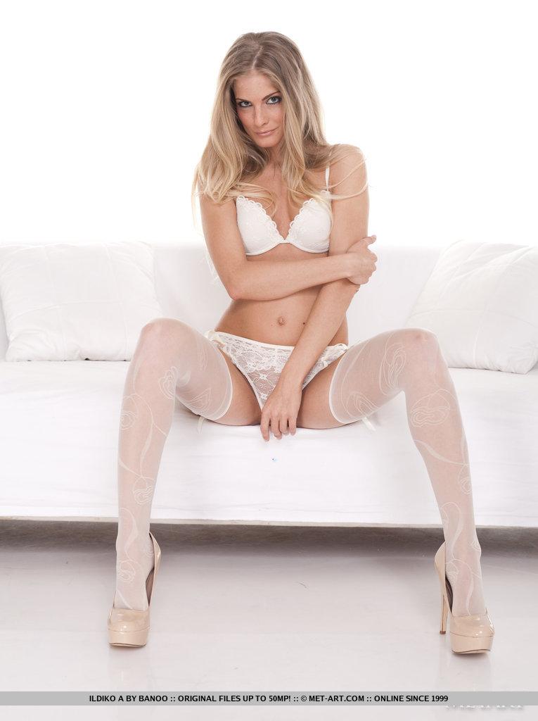 Blondi w białych pończoszkach