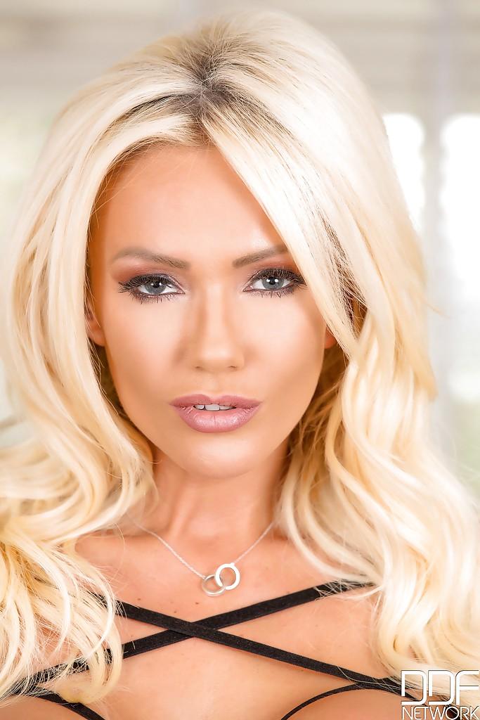 Białowłosa ślicznotka | sexeo.pl - darmowe zdjęcia erotyczne