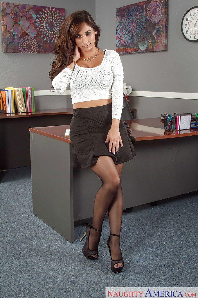 Reena Sky w biurze