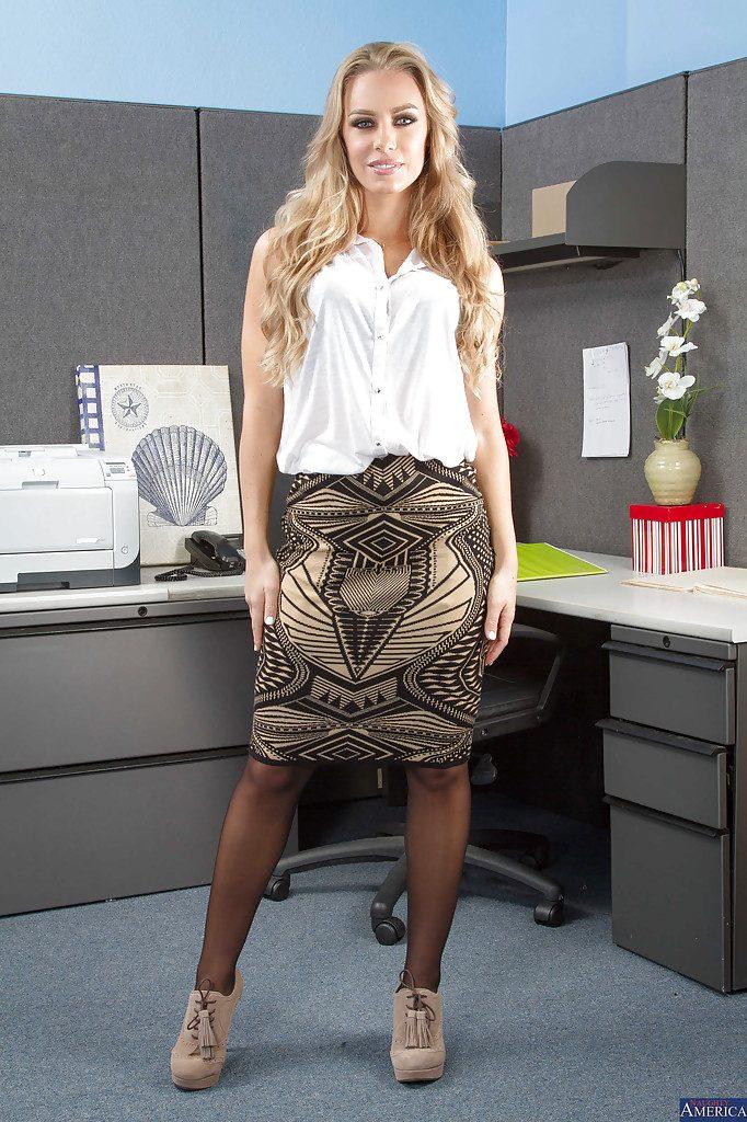 Piękna sekretarka Nicole Aniston   sexeo.pl