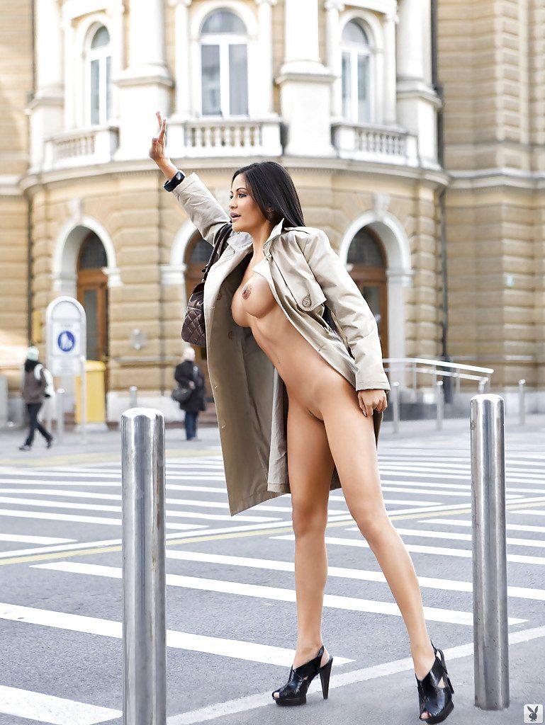 Seksowna włoszka pozuje nago w mieście