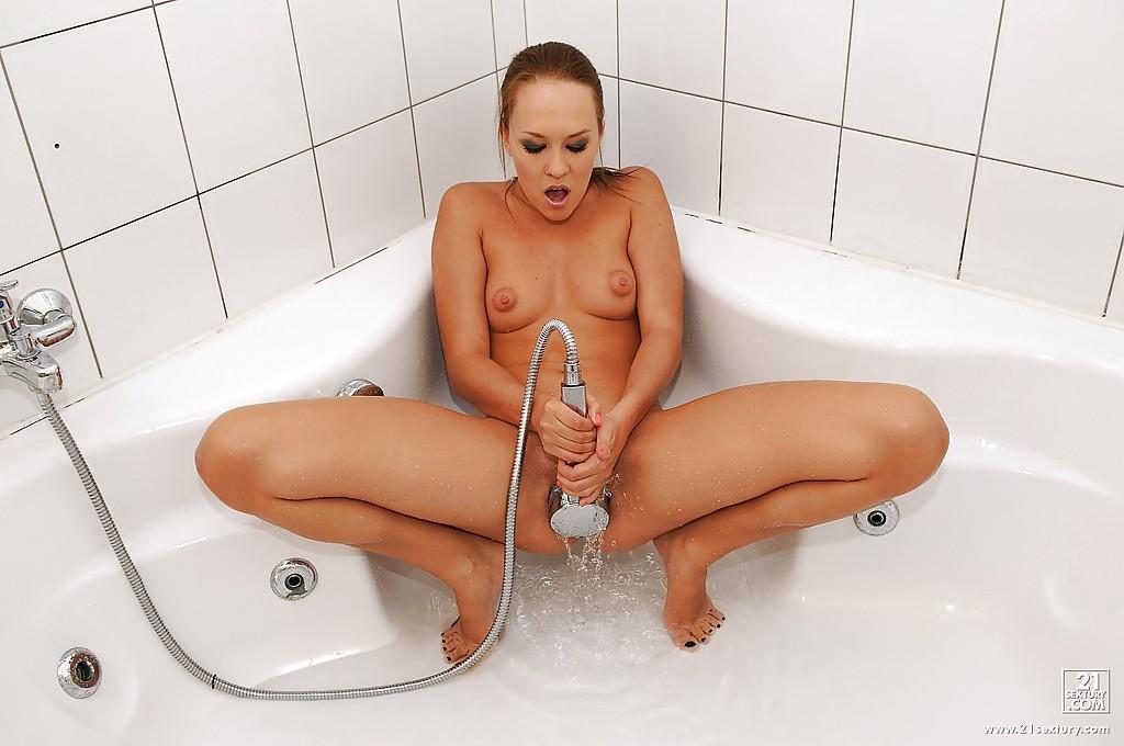 Видео как брюнетка может себя удовлетворить сама с душем, голые старушки супер картинки