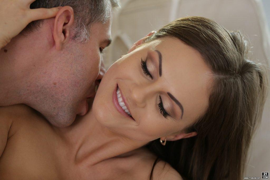 Rozkoszna kobieta czuje się świetnie w obecności jego