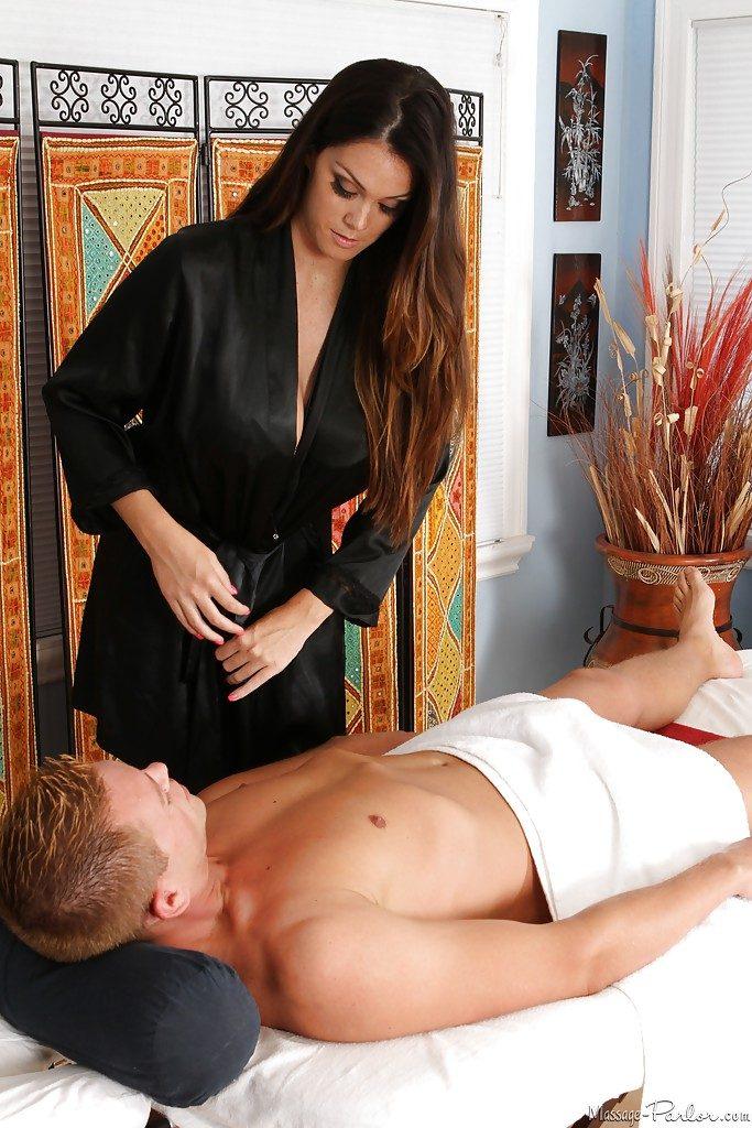 Urocza masażystka z wielkimi atrybutami