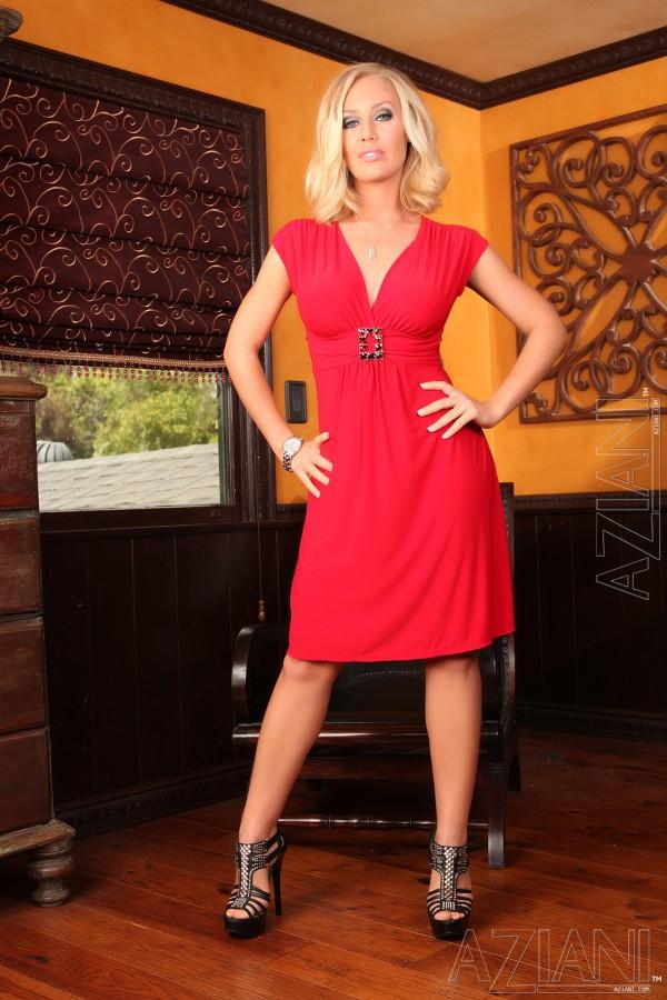 Stylowa blondi w pięknej czerwonej sukni