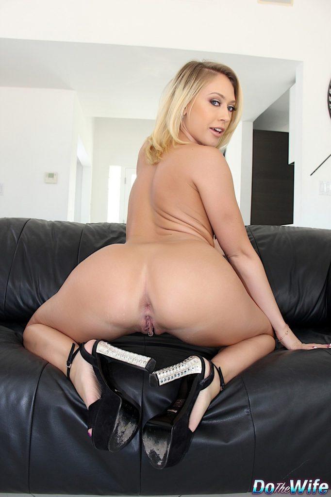 Seksowna blondi z pięknym dekoltem