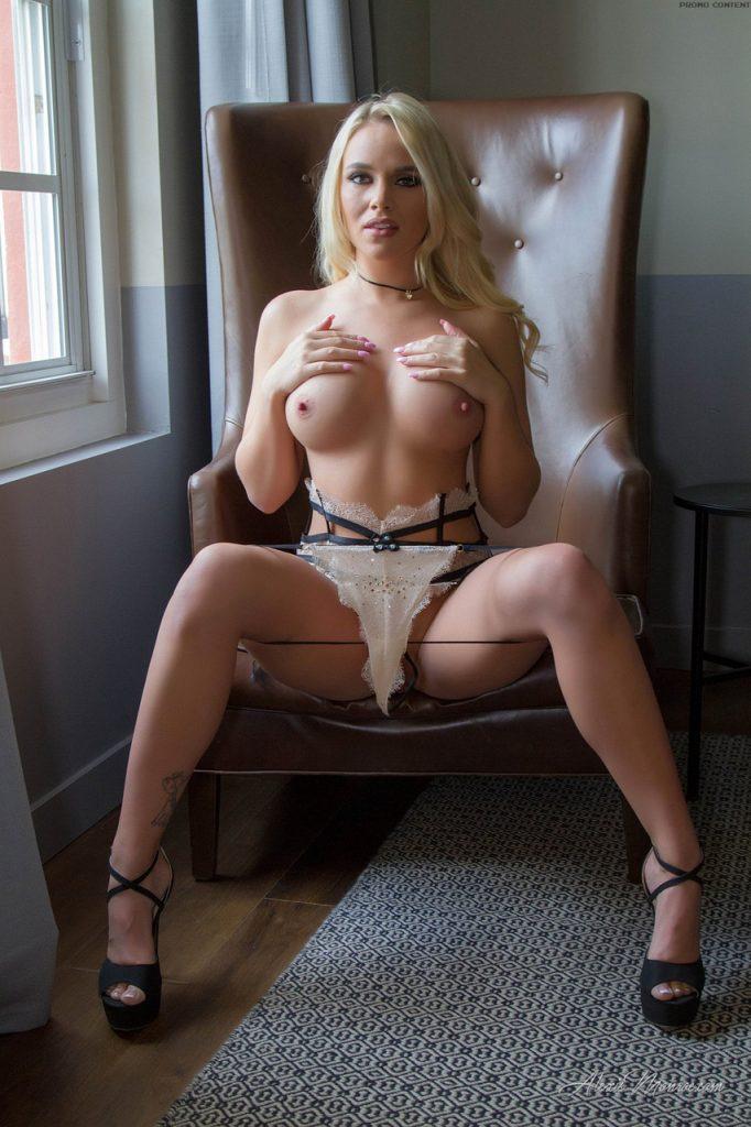 Blondi w seksownej bieliźnie wibruje w swojej cipci