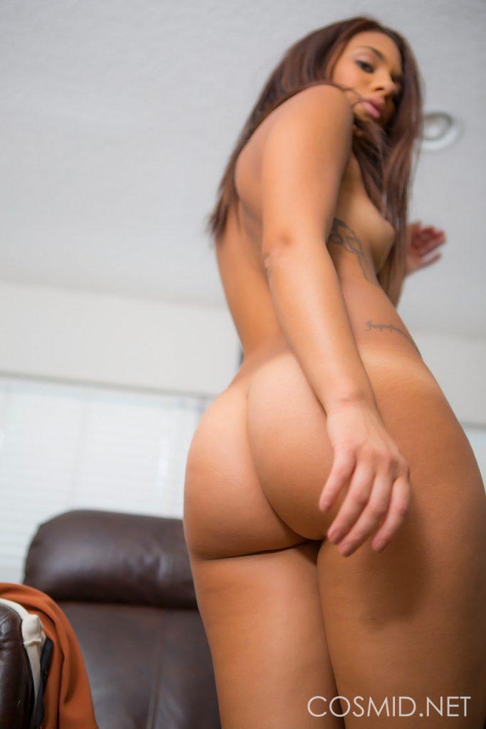 Opalona brunetka pokazuje swoje ciałko