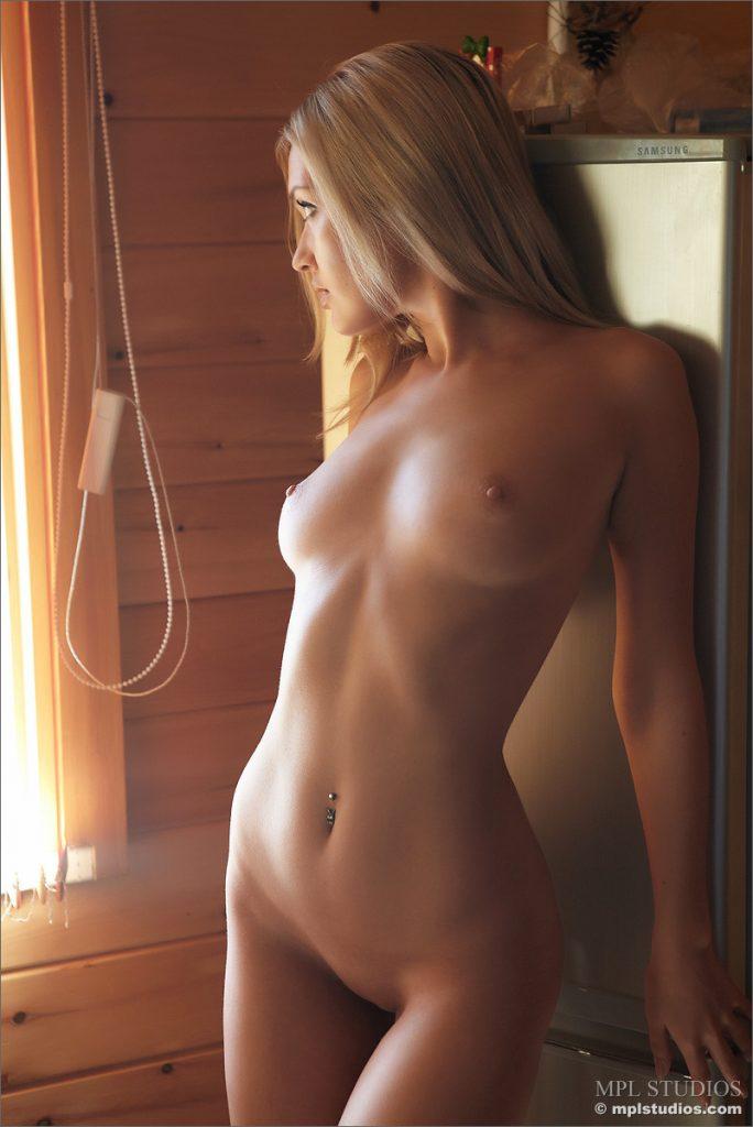 Poranna kawa szczupłej i nagiej blondi