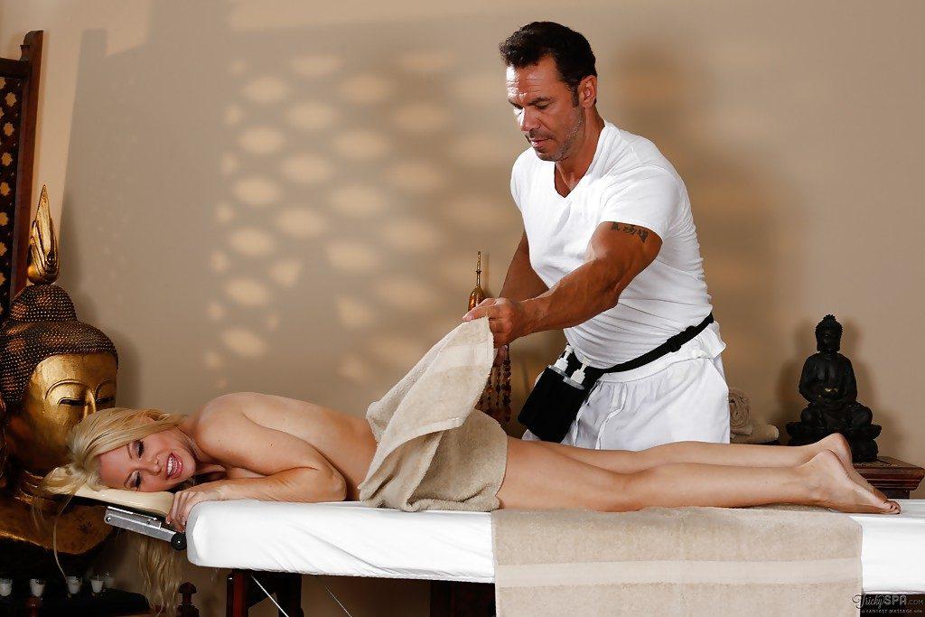 Cycata blondi i masażysta