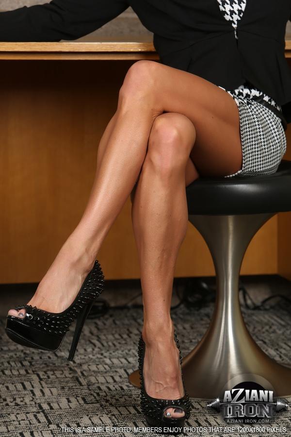Seksowna czterdziestka ma bardzo zgrabne nogi