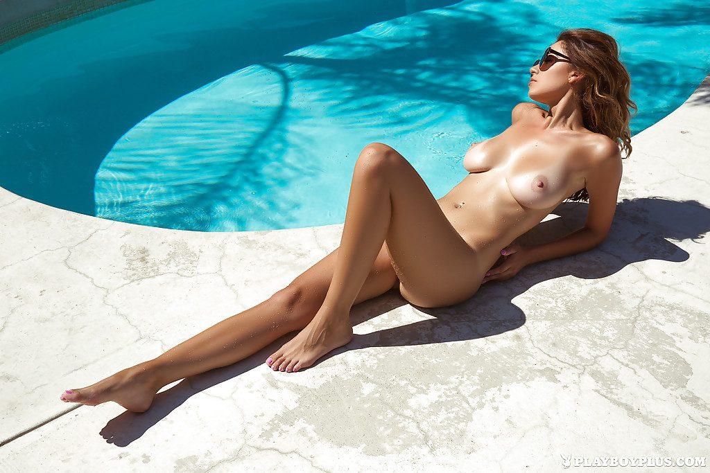 Modelka pięknie opala swoje cycuszki