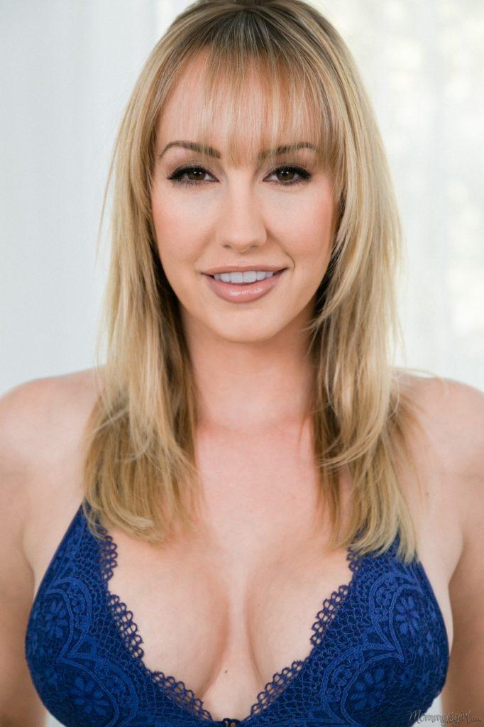 Przyjemna blondi pokazuje swoje seksowne ciałko