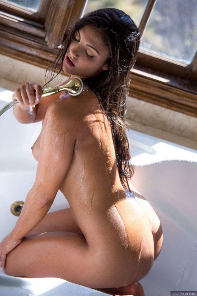 Naga brunetka w wannie