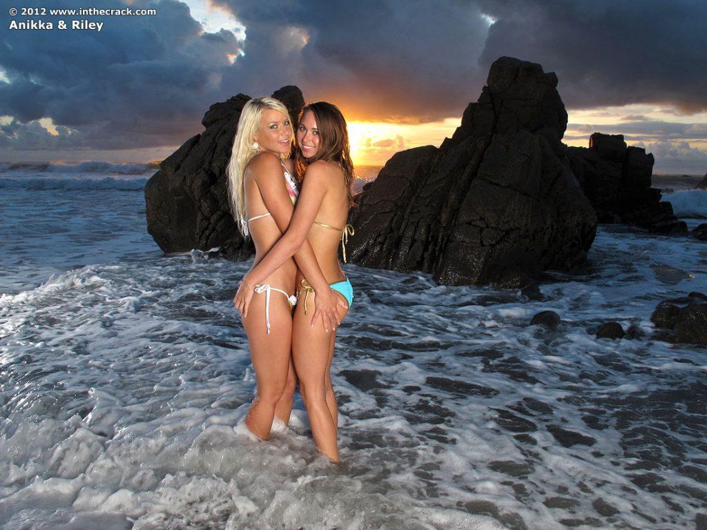 Całuśne koleżanki w bikini