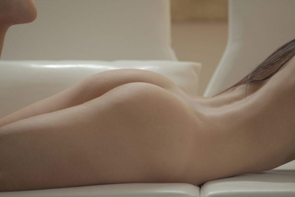 Zmysłowa dupeczka na kanapie