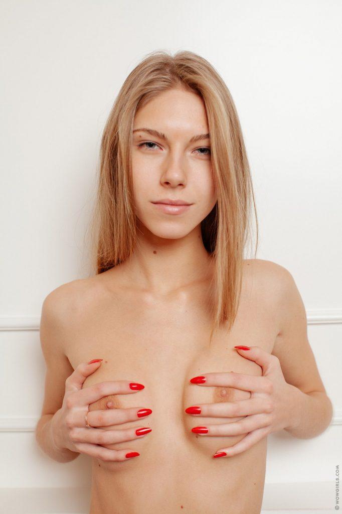 Czerwone pazurki ślicznej modelki